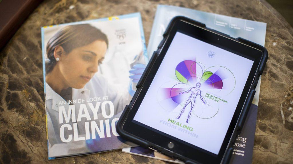 Tablet exibindo a página inicial do Serviço de Consulta ao Paciente de Medicina Regenerativa