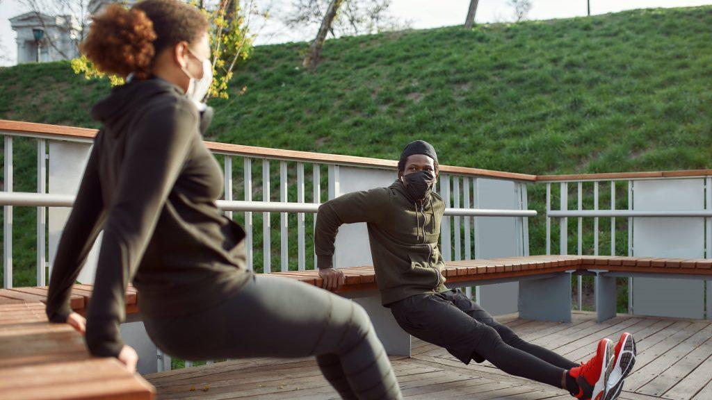 Dos personas haciendo ejercicio con máscaras