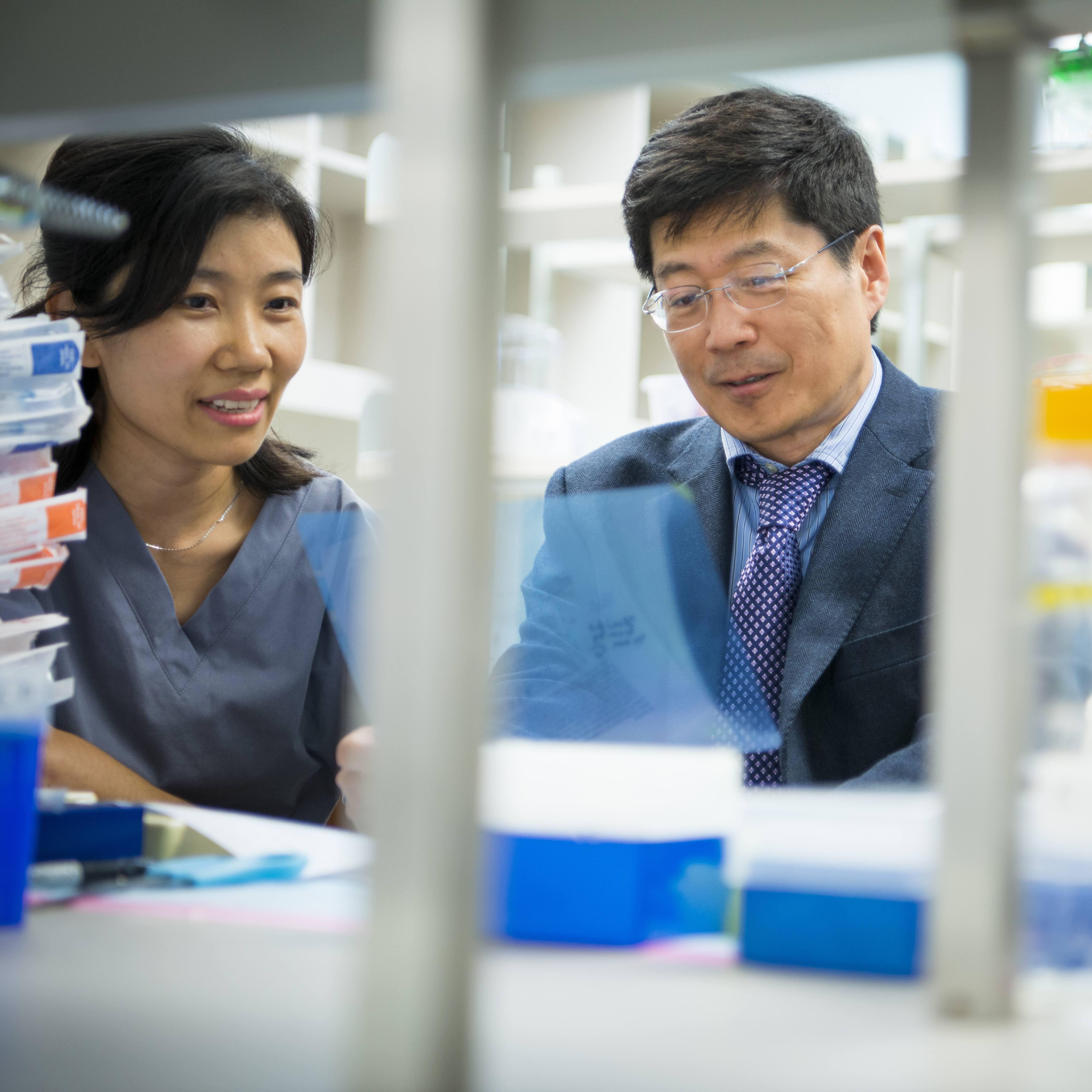 Dr. Guojun Bu and colleagues in research lab