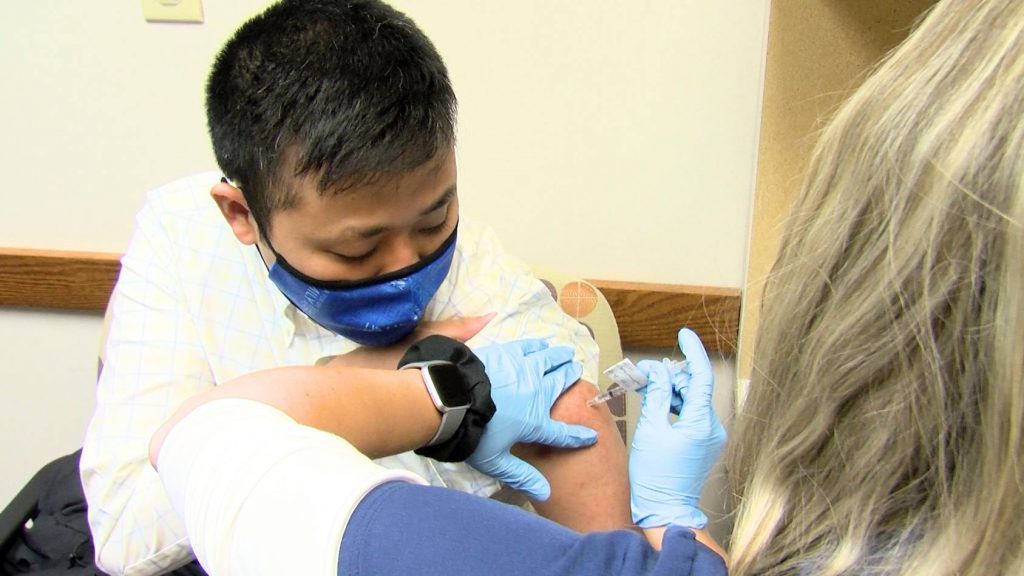 Albert Lea Medicina familiar Dr. Joshua Foong, D.O., recibiendo su vacuna COIVd-19