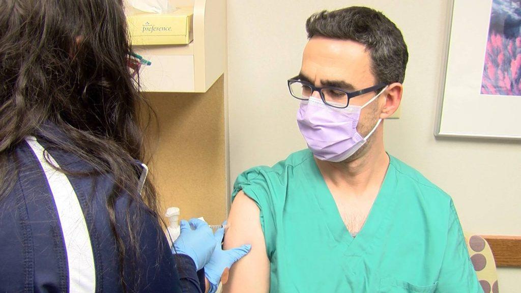Dr. Betzalel Reich, médico del Departamento de Emergencias del Sistema de Salud de Mayo Clinic que recibe su vacuna COVID-19