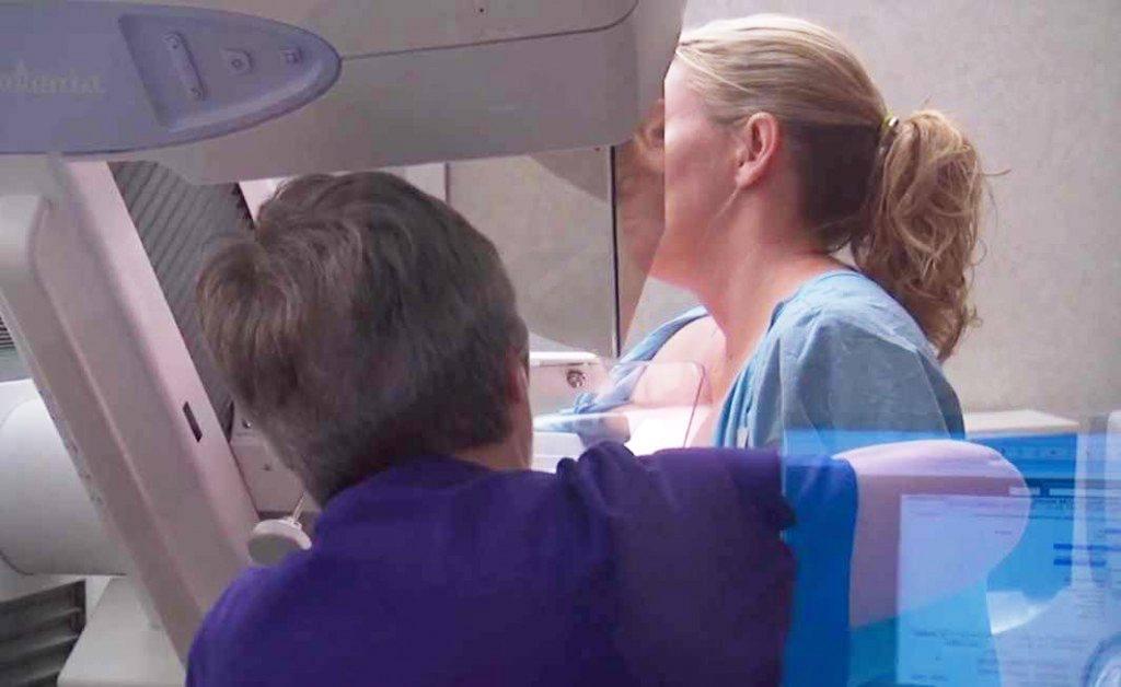 mulher fazendo mamografia