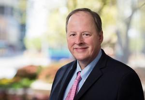 Dr. Andrew Limper, especializado en neumología y cuidados intensivos, así como en investigaciones.