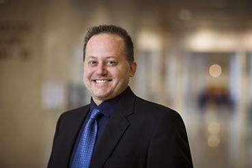 El investigador en neurología, Dr. Charles L. Howe, actualmente trabaja a nivel molecular para prevenir las lesiones en el axón.