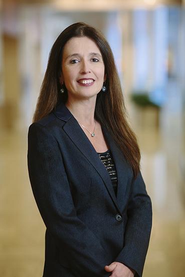 La Dra. Claudia F. Lucchinetti, Profesora Eugene y Marcia Applebaum de Neurociencias, dirige el Departamento de Neurología en Mayo Clinic de Rochester (Minnesota) y creó el mayor banco tisular del mundo con lesiones de esclerosis múltiple en su afán por descubrir tratamientos eficaces para la afección.