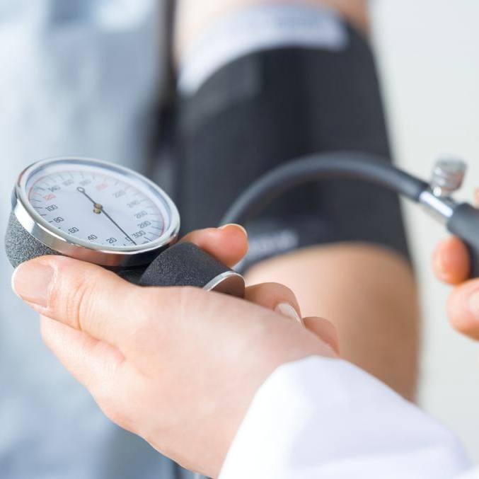由医生检查血压的人