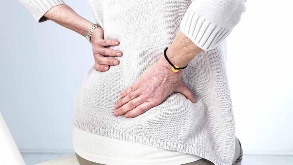 下背部疼痛的老女人