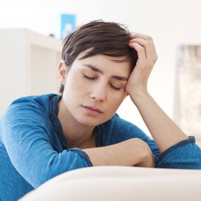 疲惫或疲倦的女人,她的头靠在她的手上