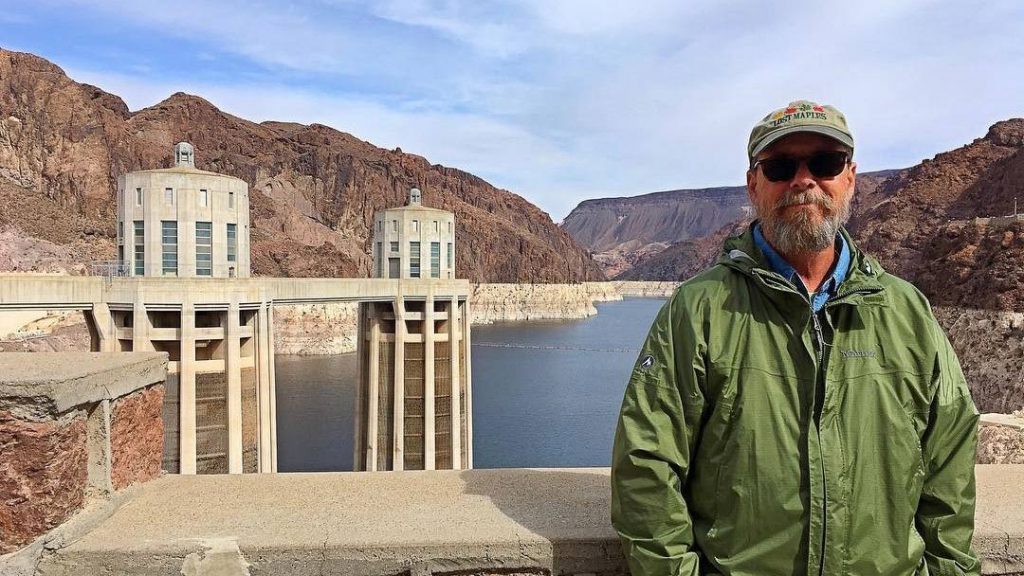 Although it's been nearly three years since his knee replacement, David Knisely keeps in touch with his Mayo Clinic surgeon to report on where — and how far — that knee has taken him in retirement.