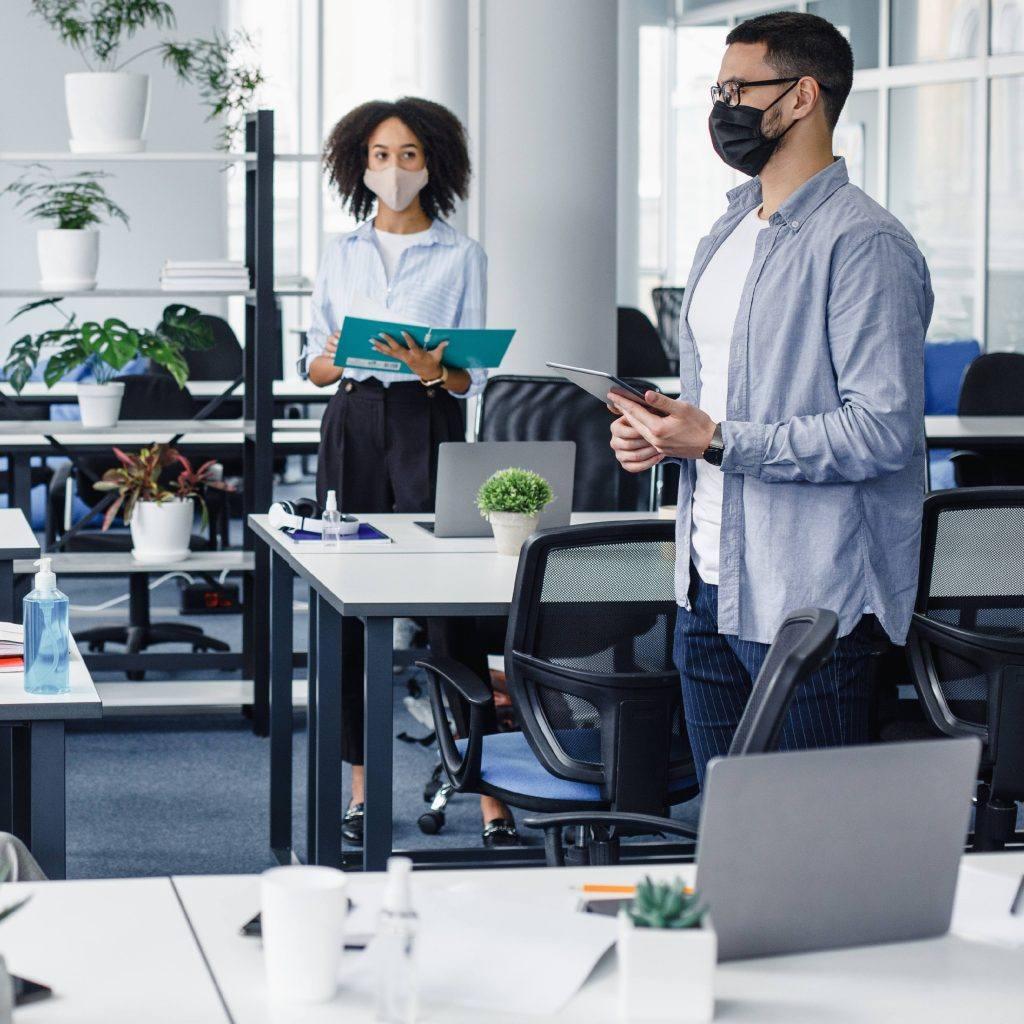 Um grupo de funcionários jovens e diversificados no escritório