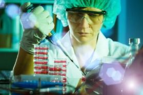 Empleada del laboratorio en plena investigación con tubos de ensayo