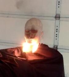 Maniquí con el bigote prendido en llamas