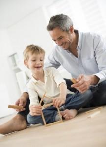 Un hombre y un niño juegan con bloques de armar