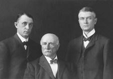Foto de los doctores William Mayo, Charles Mayo y William Worrall Mayo.