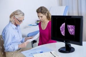 Una mujer habla sobre los exámenes de detección mamaria con el personal médico