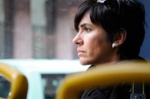 mujer mirando por la ventana inmersa en sus pensamientos