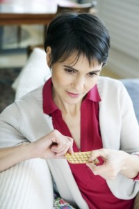 Mujer sujeta el medicamento de reemplazo hormonal