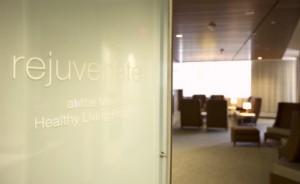 Puerta de vidrio esmerilado donde se lee Rejuvenecer con el Programa de Vida Sana de Mayo Clinic