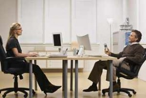 Un hombre y una mujer sentados en una oficina