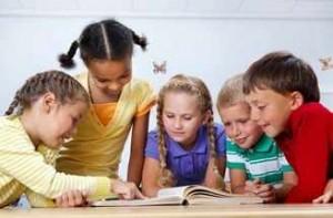 Unos niños leen libros