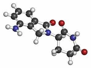 Molécula del fármaco lenalidomida para el mieloma múltiple. Los átomos aparecen como esferas con los colores tradicionales: hidrógeno (blanco), carbón (gris), oxígeno (rojo) y nitrógeno (azul).