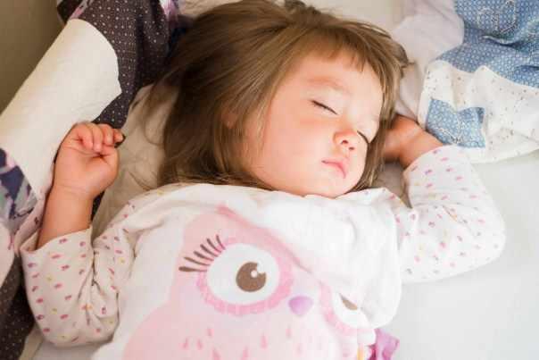 Una niña en edad preescolar toma una siesta