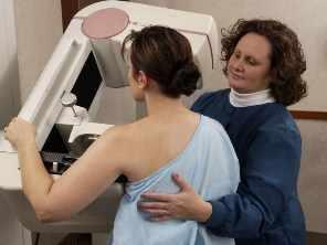 Una mujer en una mamografía