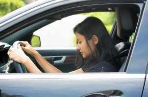Mujer intenta permanecer despierta detrás del volante, privación de sueño