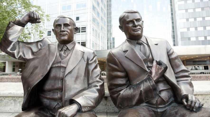 Las estatuas de los doctores Will y Charlie se toman una foto en #StrongArmSelfie para concienciar sobre el cáncer de colon