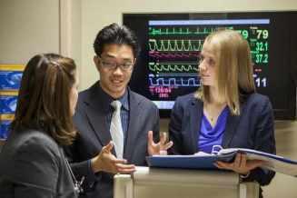 Tres estudiantes de medicina discuten sobre un tema
