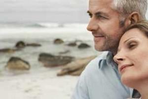 Hombre y mujer de mediana edad en la playa