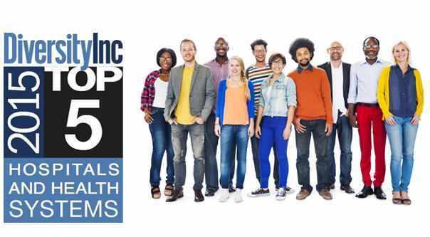 """Logotipo de Diversity Inc que dice """"Entre los 5 mejores hospitales y sistemas de salud"""" con personas provenientes de distintas nacionalidades"""