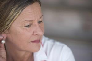 Mujer de mediana edad, triste, pensativa, preocupada y deprimida