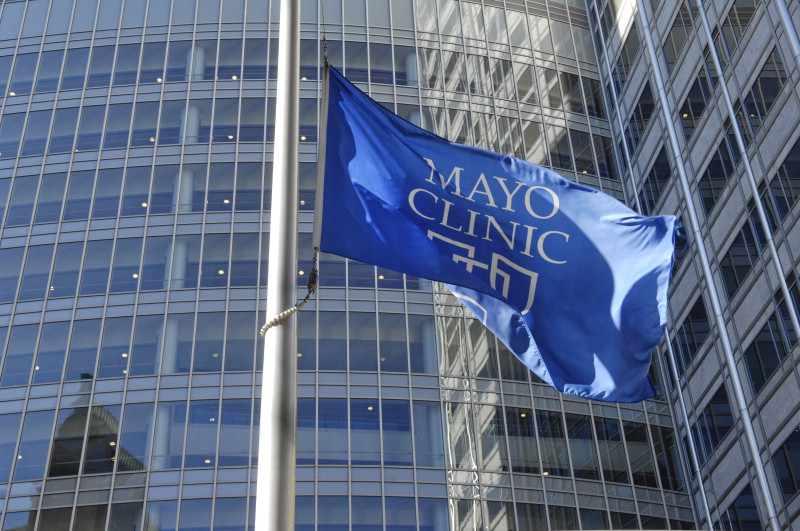 Edificio Gonda con la bandera de Mayo Clinic
