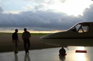 Fotografía de un avión pequeño con sus pilotos