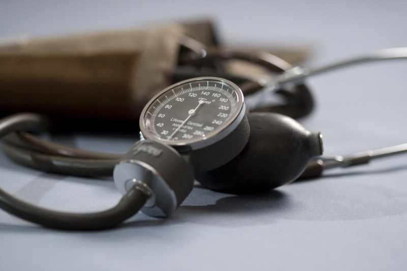 Un tensiómetro sobre una mesa
