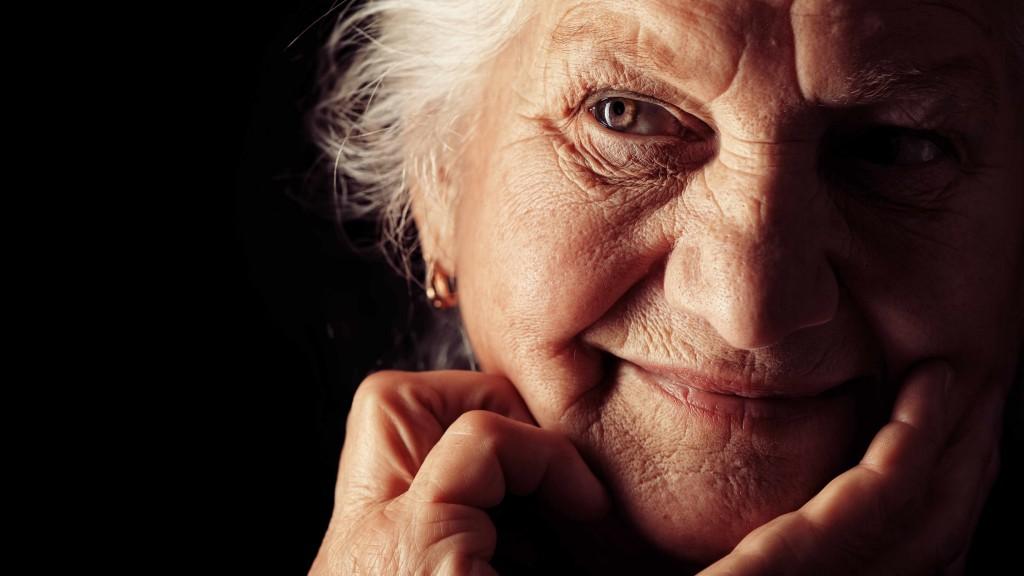 Una anciana con cabello blanco