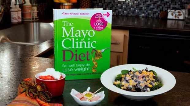 El libro de La dieta de Mayo Clinic sobre una mesa.