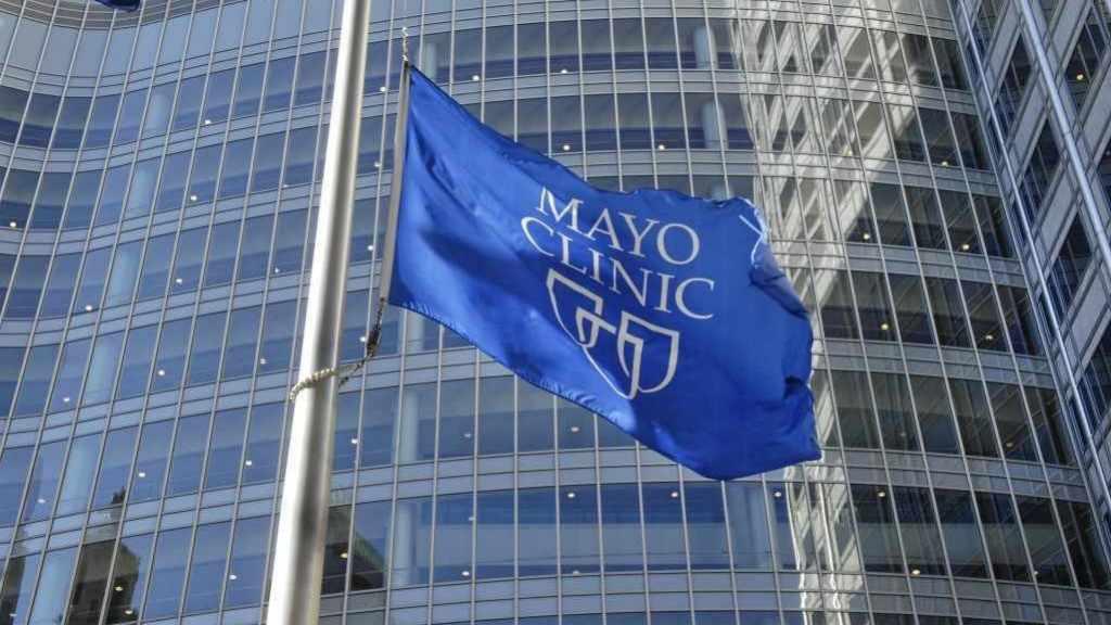 Edificio Gonda con la bandera de Mayo Clinic delante