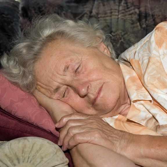 Anciana dormida en un sofá