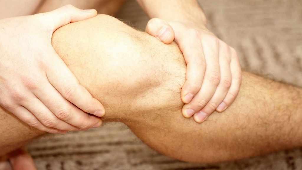 Persona con la rodilla lesionada o dolor en la rodilla