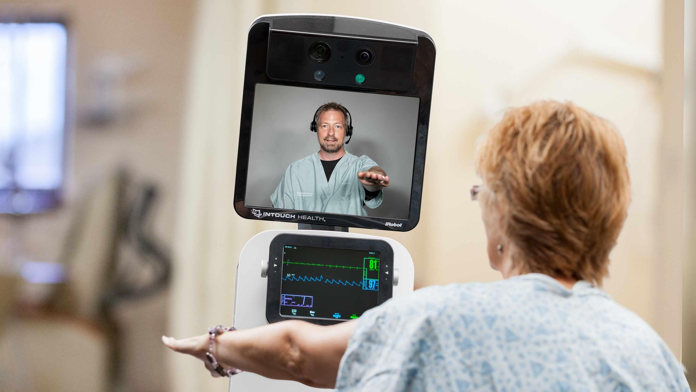 Un paciente mira al médico en el equipo para atención a distancia del accidente cerebrovascular