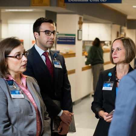 un grupo de médicos residentes y tratantes de Mayo Clinic pasa visita a los pacientes