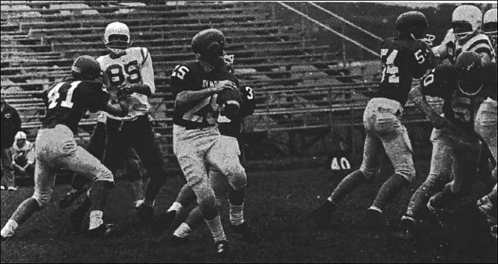 Los jugadores de fútbol americano de John Marshall High School de alrededor de 1968 o 1969 aparecen en el anuario de 1969, cortesía de las escuelas públicas de Rochester y el Centro Histórico del condado de Olmsted, Minnesota.