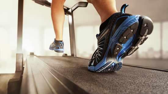 Imagen de unos pies que corren en la cinta