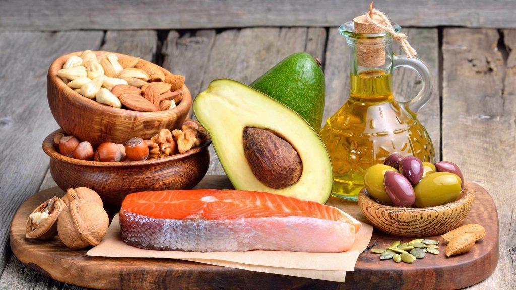 Bandera de madera con alimentos proteicos, pescado y frutos secos