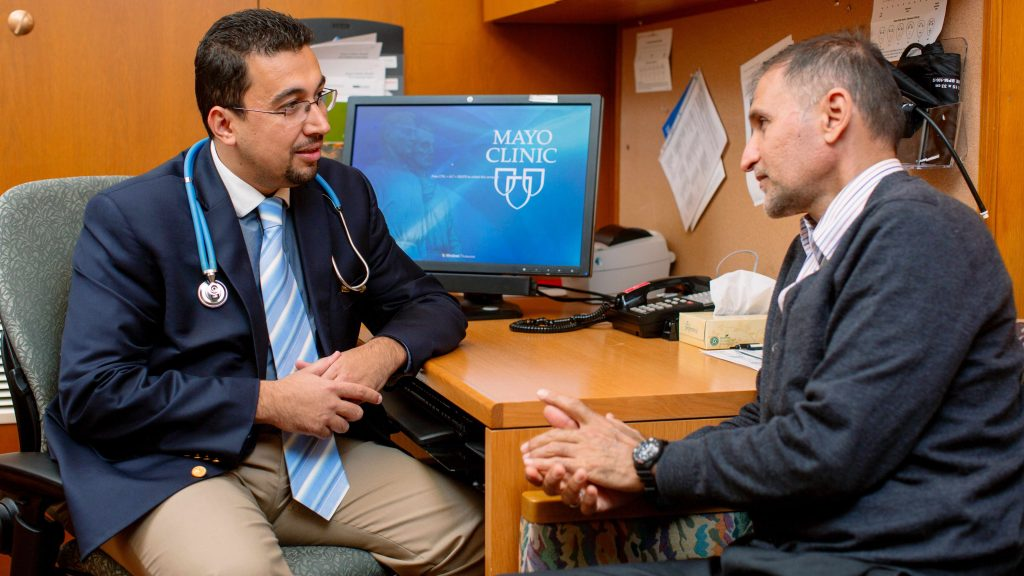 Médico y paciente hablan sobre el tratamiento
