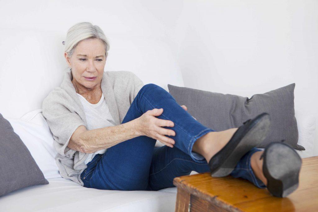 Anciana con dolor en la pierna