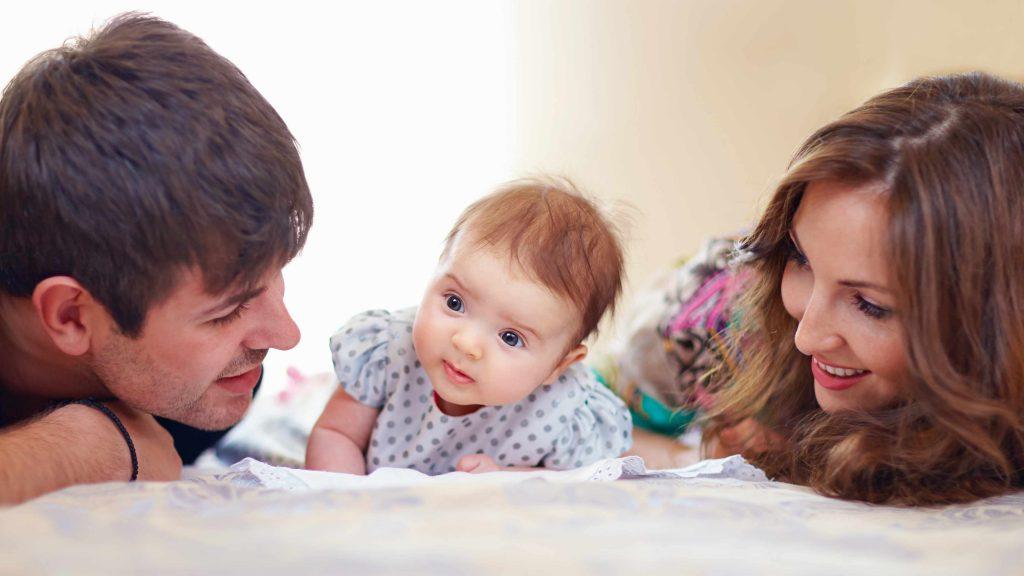Una familia feliz con una bebita