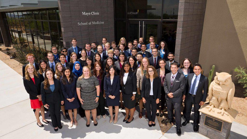 La clase que será la primera promoción de la Escuela de Medicina de Mayo Clinic en el campus de Arizona